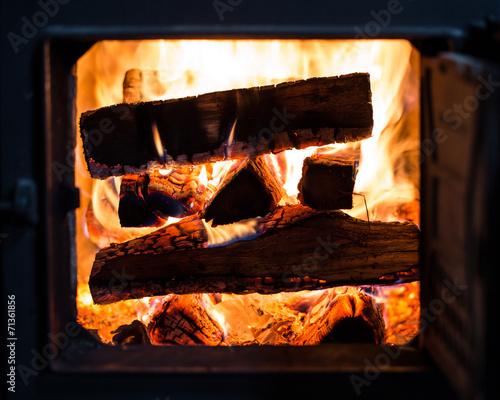 mata magnetyczna Ein brennender Stapel Holz im Kachelofen