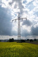 Strommast im aufziehenden Gewitter