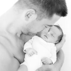 Newborn Vater und Tochter Schwarz Weiss