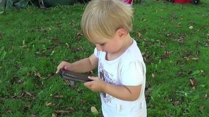 Kleinkind mit Handy
