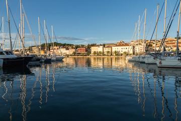 Reflets de bateaux dans le port