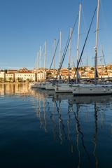 Reflet de bateaux dans le port-marina