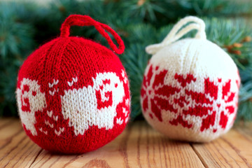 Knitted balls for new-year tree decoration