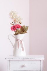 Vaso di fiori su comodino bianco