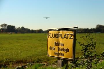 schild flugplatz betreten verboten I