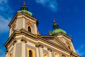 Basilika mit zwei Kirchtürmen und Kreuzen