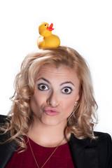 Frau macht Grimasse mit Ente auf dem Kopf, Enten Gesicht