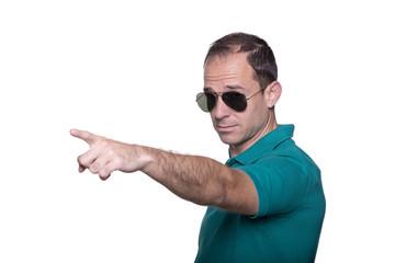 Hombre con gafas de sol señalando