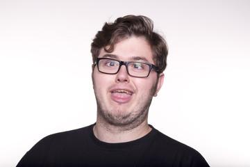 Joven con gafas haciendo mueca