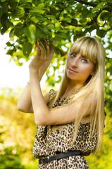 Девушка в летнем саду