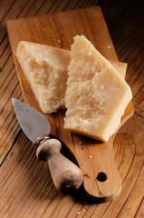 parmigiano sul tagliere di legno