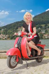 Junge Frau auf einen Motorroller