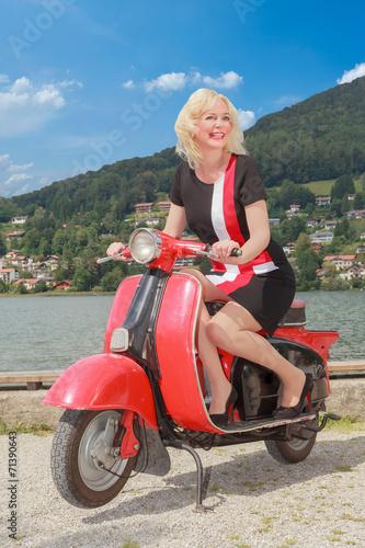 canvas print picture Junge Frau auf einen Motorroller