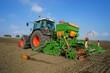 Ackerbau, Wintergetreide säen auf einem großen Feld - 71391275