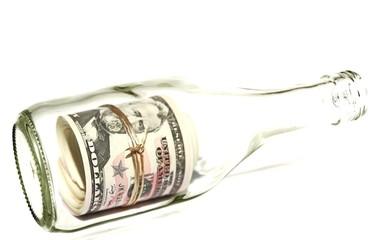 Dollarnoten eingerollt in einer Flasche - isoliert