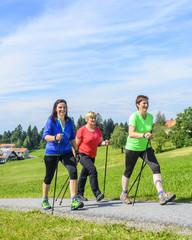 gutgelaunt beim Nordic Walking