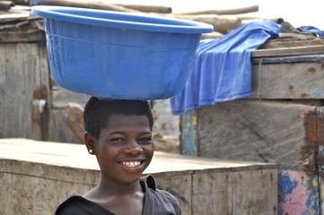 Junge Frau mit Wasserschüssel