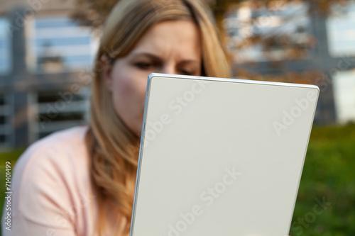 canvas print picture frau liest auf weißem tablet
