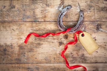 Hufeisen als Glücksbringer mit roten Band