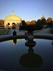 Dianatempel in München spiegelt sich im Brunnen