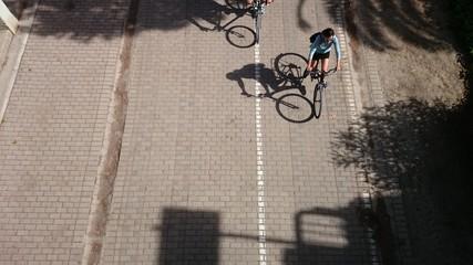 Bicicletas y su sombra en picado