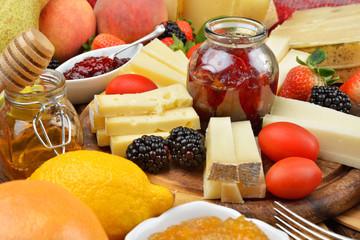 tagliere di formaggi e confetture alla frutta