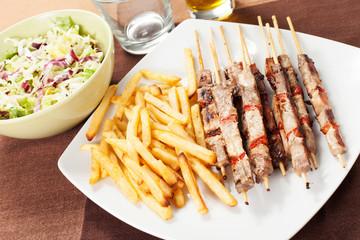 spiedini di carne con papatine fritte