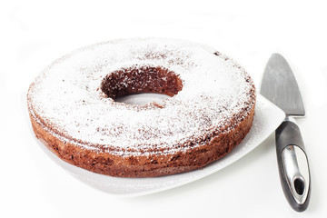 torta a forma di ciambella su sfondo bianco