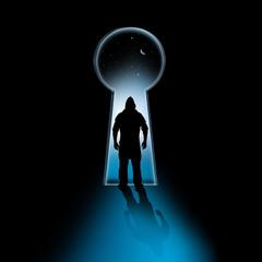 Silhouette eines einbrechers vor Schlüsselloch
