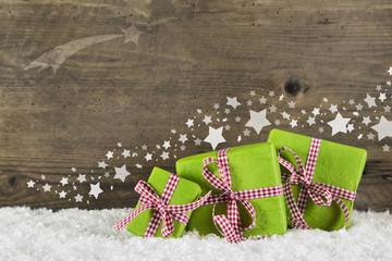 Weihnachtsgeschenke in grün mit rot weiß karierter Schleife