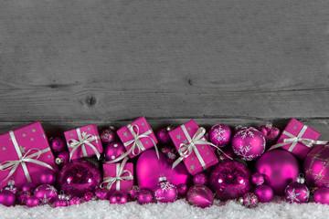 Weihnachten: Holz Hintergrund mit Dekoration in Pink
