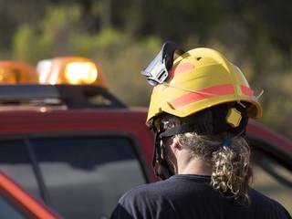 Bombero de montaña y coche de emergencias