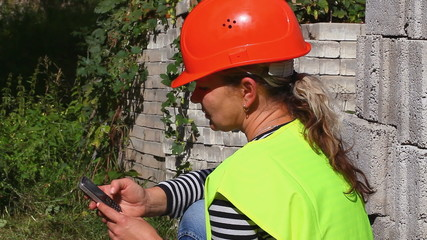 Woman-builder with the cell phone