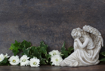 Grabengel mit Blumen