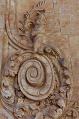 Ornement de pierre sculpté sur façade avec cupidon.