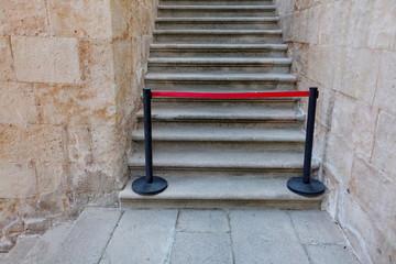 Escaliers fermés par poteaux de gestion de file d'attente