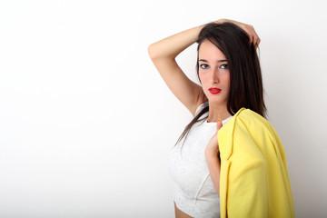 Ragazza con giacca gialla