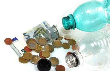 Flaschenpfand mit Kleingeld - isoliert