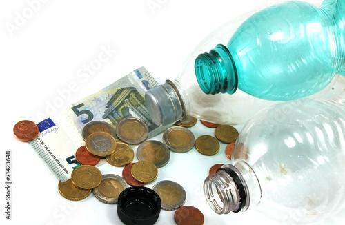 Flaschenpfand mit Kleingeld - isoliert - 71423648