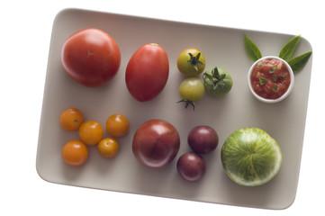 Verschiedene Tomaten und Tomatensauce auf Teller