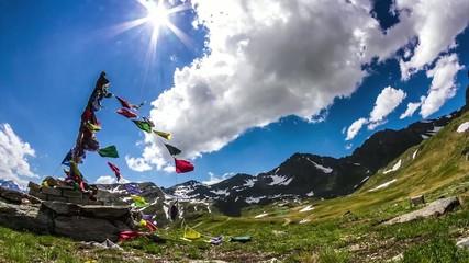 bandiere in montagna con nuvole