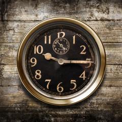 antico orologio in fondo legno
