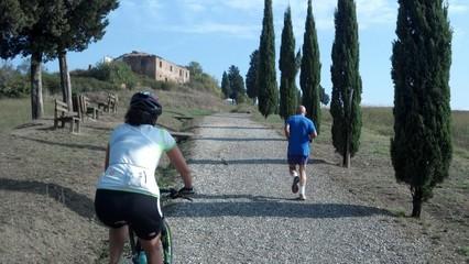 Fare sport migliora la vita, pedalare o correre è indifferente