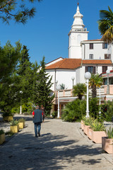 Rue et clocher de Crikvenica