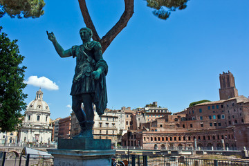 Roma, statue of Giulio Cesare with mercati traianei