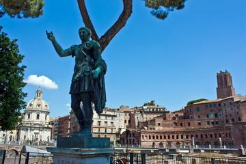 Roma, statue of Giulio Cesare with mercati traianei