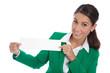 Business Frau in Grün isoliert hält weißes Werbeschild