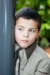 Enfant regardant sur le côté