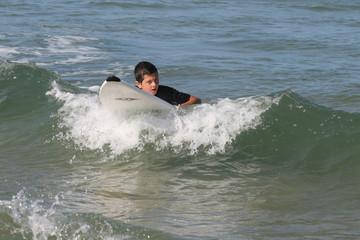 Jeune en surf