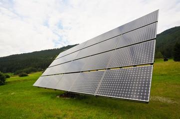 Panel einer Solaranlage im Grünen